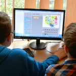 Estudiantes con ordenador
